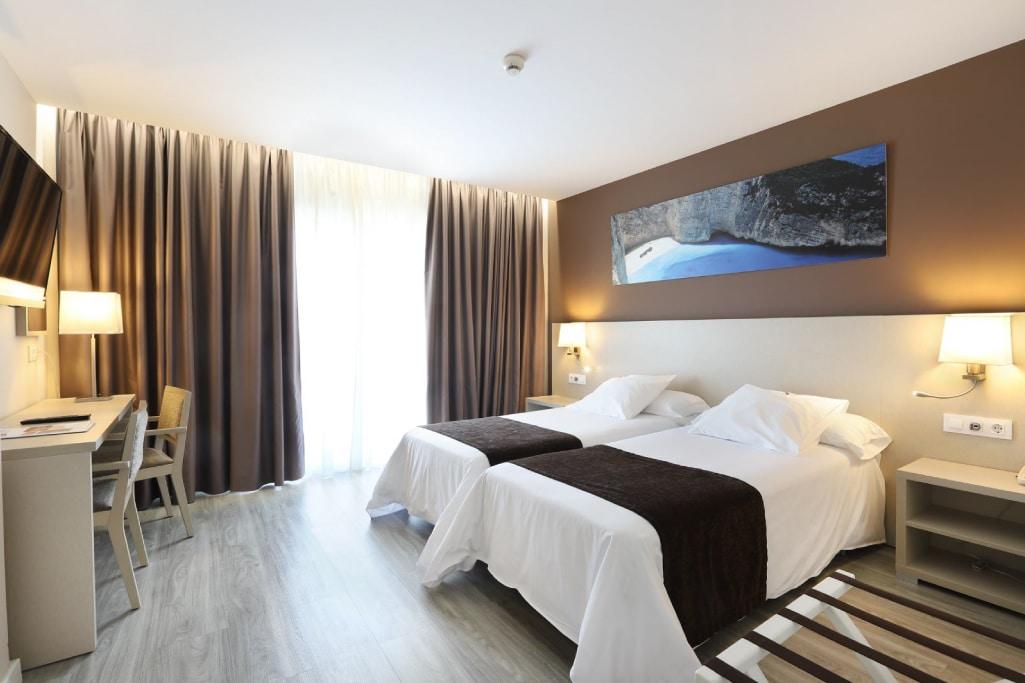 Hoteles Helios habitacion doble dos camas vista piscina 4