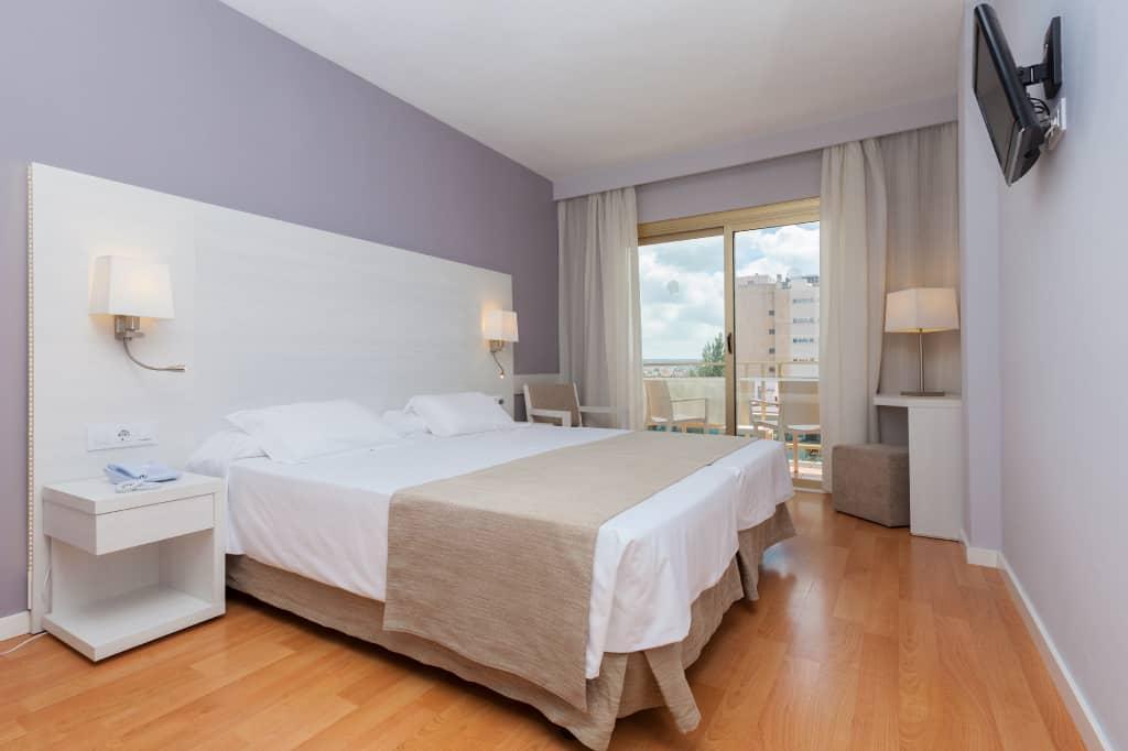 habitacion-vista-piscina-2-camas-1